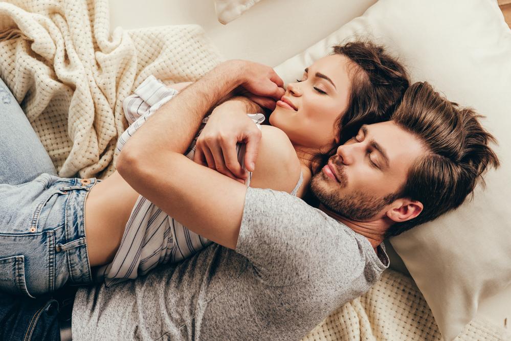 Paar welches sich innig umarmt